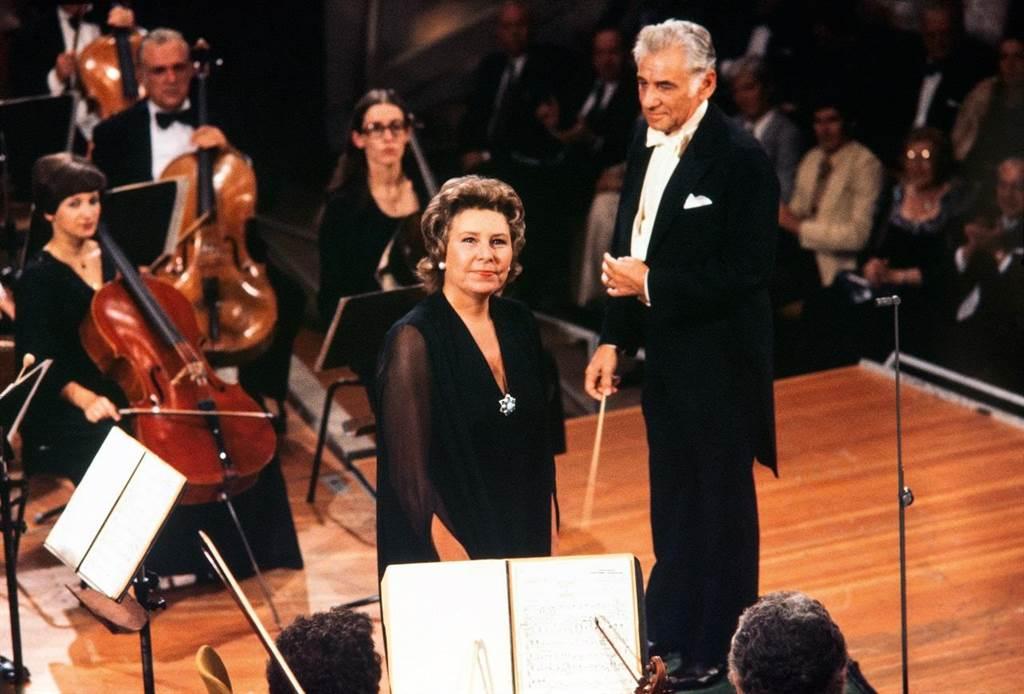 次女高音克里斯塔.露德薇希(右)是文化藝術界具代表性的人物,受到指揮家伯恩斯坦(右)的肯定。(DG環球唱片提供)