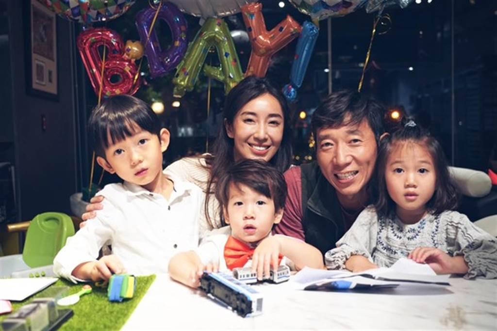 隋棠常分享日常生活,一家五口深受粉絲喜愛。(圖/翻攝自臉書)