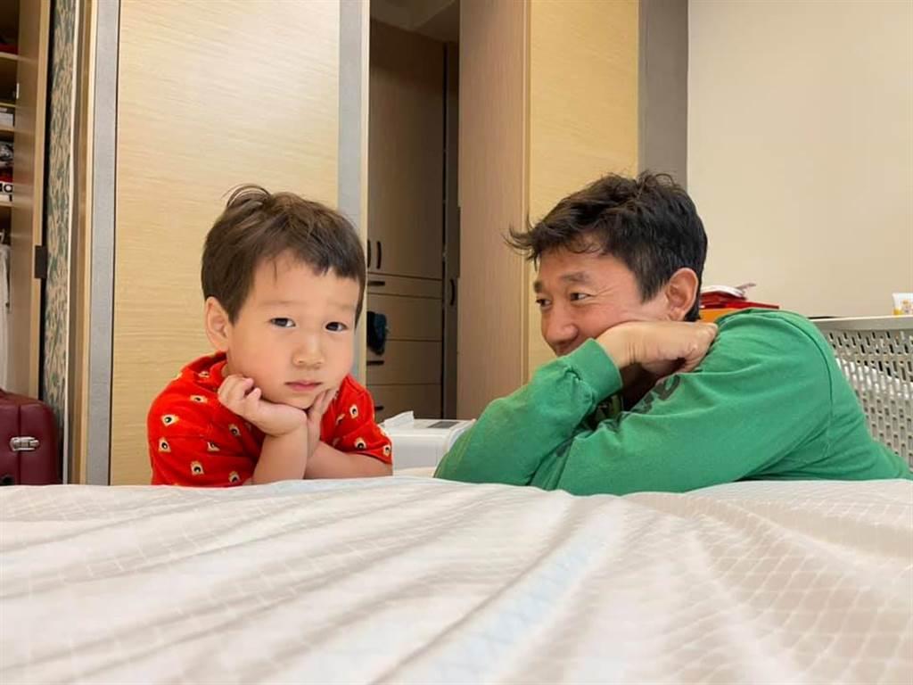 隋棠除了分享親子對話,還親自幫Olie剪頭髮。(圖/翻攝自臉書)