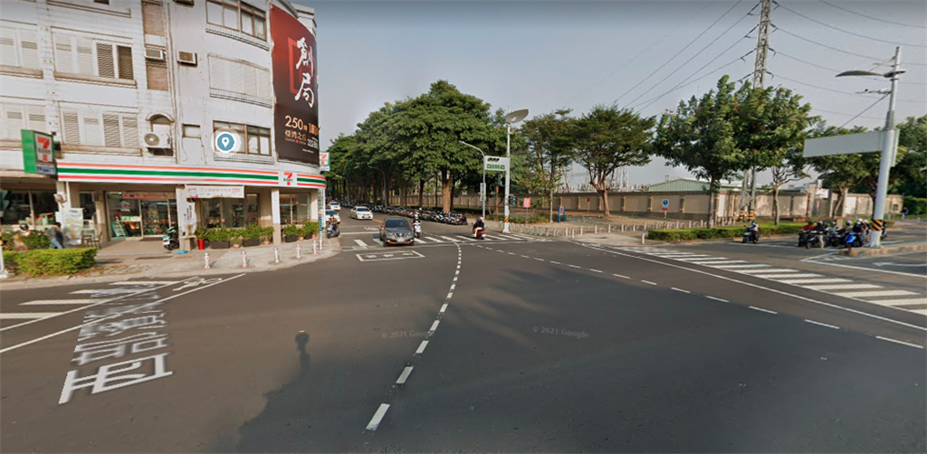 一名男網友分享,昨他載著老婆在高雄中山路與正勤路路口發生車禍,當下便有4名熱心年輕人上前協助,讓夫妻倆相當感動。(圖翻攝自google map)