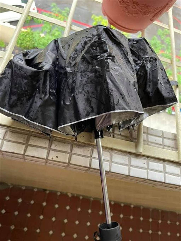 一名年輕人留下自己的傘,隨後轉身離去,事後原po發文尋人,希望能找到這些熱心的年輕人,當面向他們道謝。(圖取自爆怨2公社)