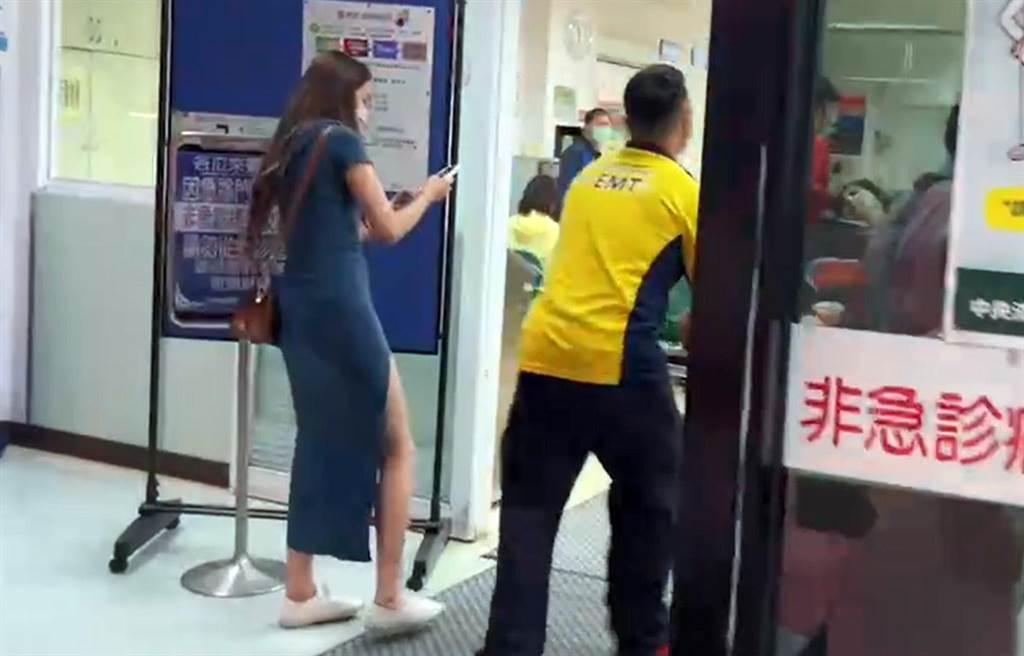 受傷女乘客送馬偕醫院,陪同的女伴太吸睛造成歪樓。(翻攝畫面)