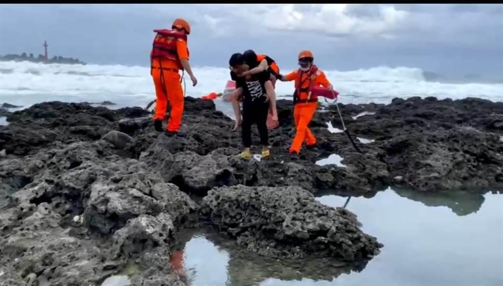 遊艇翻覆造成2人落海,海巡人員前往救援。(第一三岸巡隊提供)