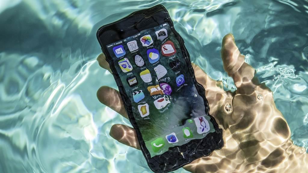 蘋果宣稱iPhone-7以後的手機能防水,不過因泡水而損壞的情況仍時有所聞。(圖/Apple Inc)