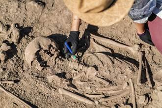 花園挖出5具百年遺骸工人嚇壞 專家驚喜:大有來頭