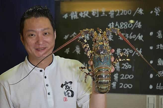 澳洲錦繡龍蝦是世界體型最大的龍蝦,因大陸拒買,台北〈富.四季割烹〉引進活龍蝦進店,推出「一蝦四吃」雙人套餐。(圖/姚舜)
