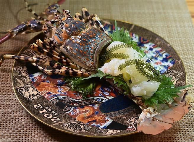 「錦繡龍蝦4吃」的第一吃為〈龍蝦刺身〉,〈富.四季割烹〉料理長王祥富以冰塊將生龍蝦肉打出筋度,再搭配有「植物界魚子醬」之稱的「海葡萄」呈盤上桌。(圖/姚舜)