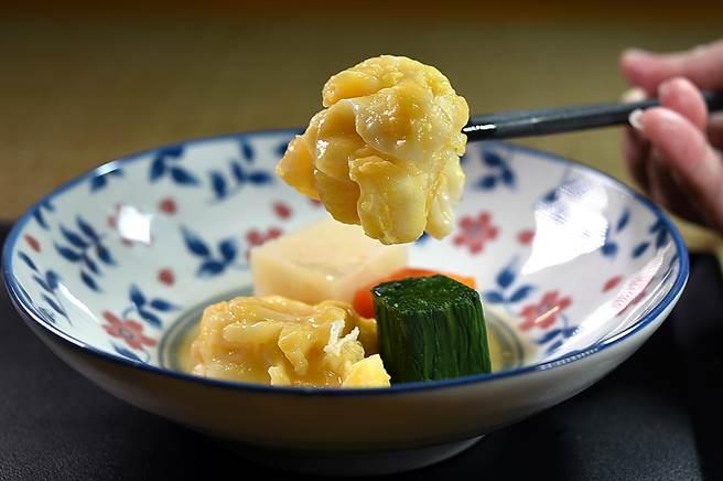 〈錦繡龍蝦黃身煮〉是將龍蝦肉沾葛粉再涮上蛋黃後,再用以龍蝦膏熬製的龍蝦高湯煮熟,口感滑潤。(圖/姚舜)