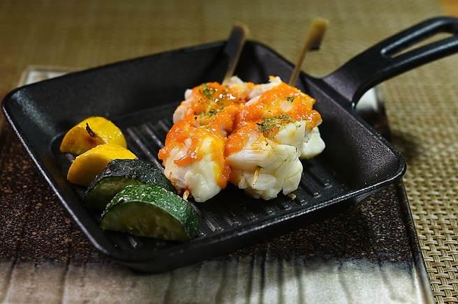 〈錦繡龍蝦雲丹燒〉是將龍蝦燒烤至9分熟,再塗上用海膽、蛋黃與味醂調製的雲丹醬提味。(圖/姚舜)