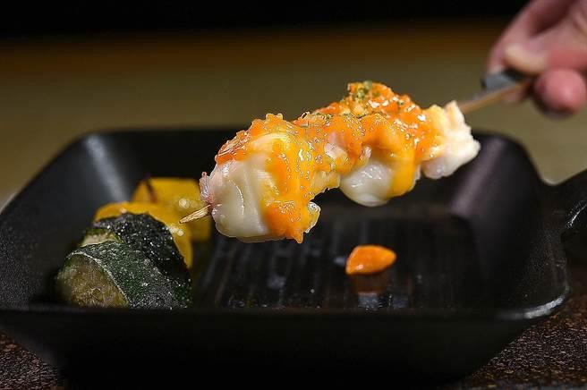 〈錦繡龍蝦雲丹燒〉的海膽蛋黃醬,鹹鮮中帶有甘甜味,是開胃下酒美食。(圖/姚舜)