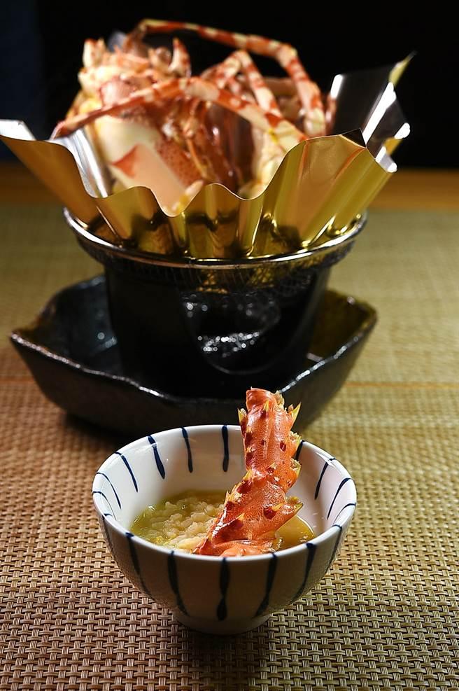 〈錦繡龍蝦雜炊〉是以龍蝦頭、蝦殼與蛤蜊,再加一點南瓜泥熬粥,味道很鮮。(圖/姚舜)