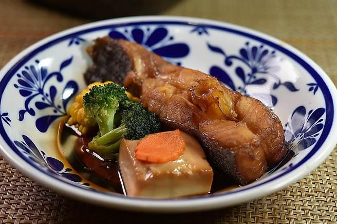 〈富.四季割烹〉的「錦繡龍蝦四吃」雙人套餐,除龍蝦4吃,並會有一道魚料理,圖為〈地震魚旨煮〉。(圖/姚舜)