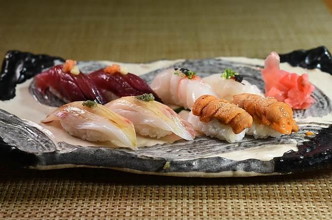 〈富.四季割烹〉的「錦繡龍蝦四吃」雙人套餐,也會視情況搭配握壽司。(圖/姚舜)