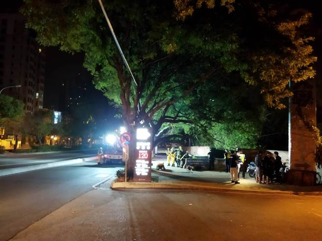 台中市東海大學音樂系男大生,今天凌晨騎機車突撞護欄墜落大排水溝。(民眾提供/盧金足台中傳真)