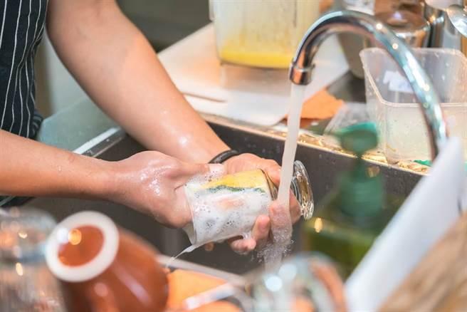 一名跟結婚的男子表示,老婆說她洗碗手會過敏,沒辦法洗碗。(圖為洗碗示意圖/ 達志)