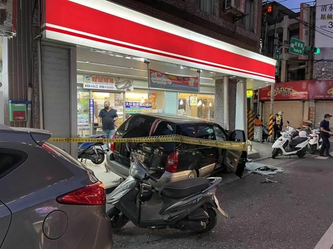 男恍神連人帶車撞進超商,害副駕妻子傷重不治。(翻攝照片/蔡依珍桃園傳真)