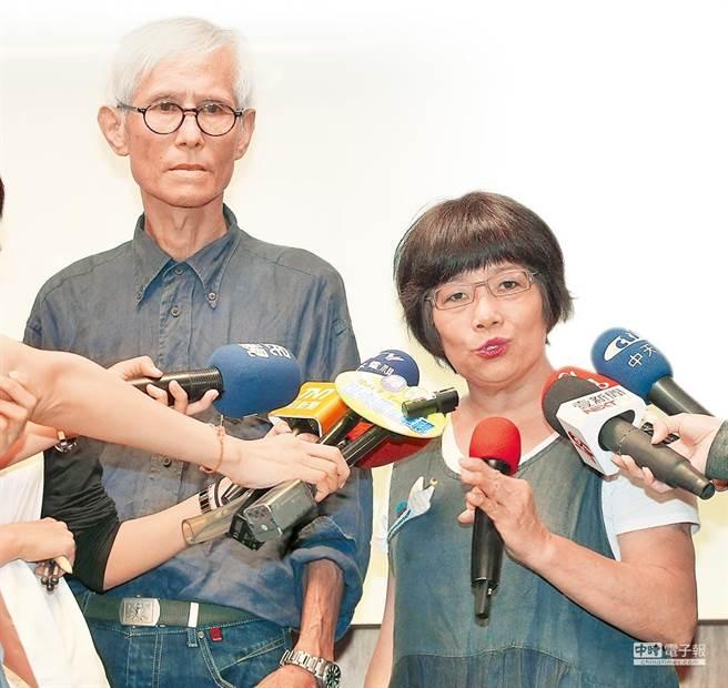 聋哑雕塑艺术家林良材(左)2017年间与妻开记者会,指控经纪人杨博文侵占他的艺术品,台北地院民庭判杨应返还确定。(本报资料照片)