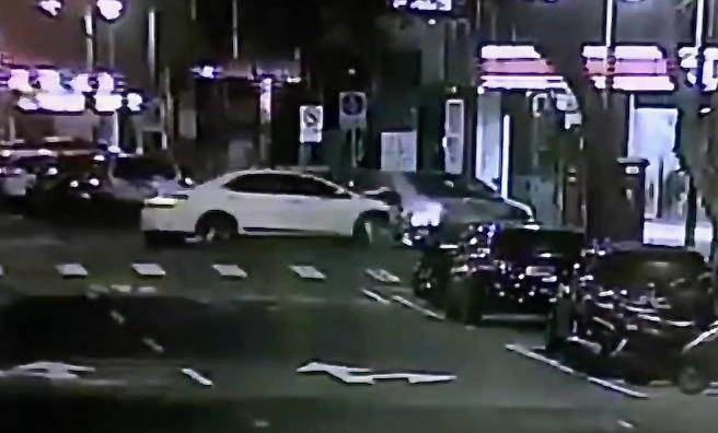 董姓駕駛闖紅燈將另一輛轎車撞入超商,車禍共造成4人受傷。(圖:民眾提供)