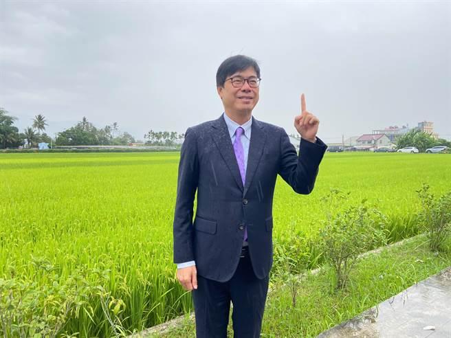高雄市长陈其迈昨PO文,穿西装淋雨,引发热议。(柯宗纬翻摄)
