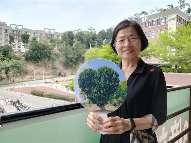 大葉大學主任秘書兼傳藝學程教授侯雪娟表示,愛心樹能夠在30年一世的現在,展現出愛心的樣態,對於大葉來說就是一種最好的祝福。(吳建輝攝)