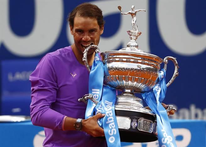 納達爾在巴塞隆納網球公開賽拿下個人今年賽季首冠。(美聯社)