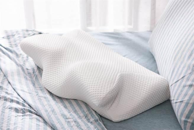 圖七:生活工場一夜好眠天絲機能枕,原價1980元,會員價999元。(生活工場提供)