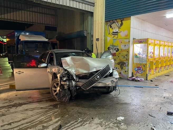 許女開車衝撞鐵皮屋超商門柱,右前車頭幾乎撞爛。(警方提供/謝瓊雲彰化傳真)