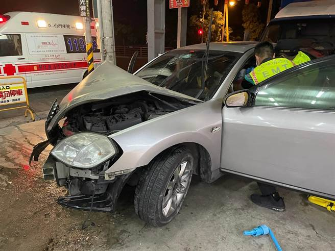 許女卡在駕駛座,額頭擦傷、鼻血直流,顯見撞擊力道猛烈。消防隊員到場將她救出,當下情緒仍十分激動。(警方提供/謝瓊雲彰化傳真)