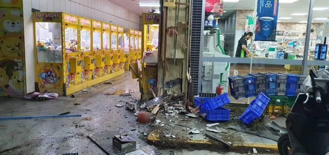 撞擊現場一片狼藉,娃娃機台被撞爛,物品碎裂四散。(警方提供/謝瓊雲彰化傳真)