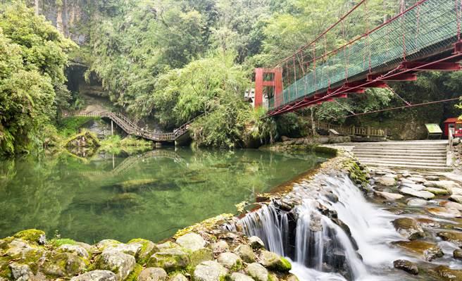 消暑首選行程「杉林溪」。(東南旅遊提供)