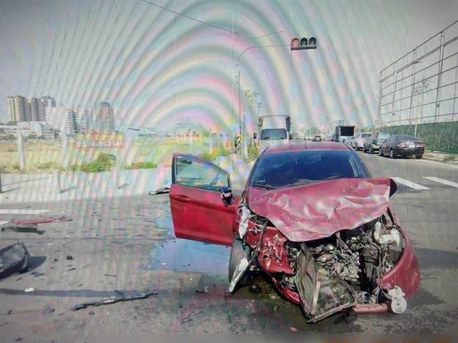 紅色自小客車車頭毀損。(讀者提供/張妍溱台中傳真)