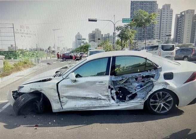 白色自小客車駕駛座後方車門損傷。(讀者提供/張妍溱台中傳真)