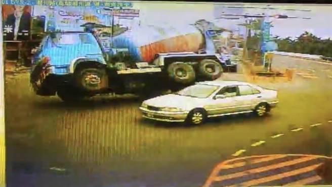 水泥車下台88後自撞號誌桿,連人帶車翻覆路旁草叢。(警方提供/謝佳潾屏東傳真)