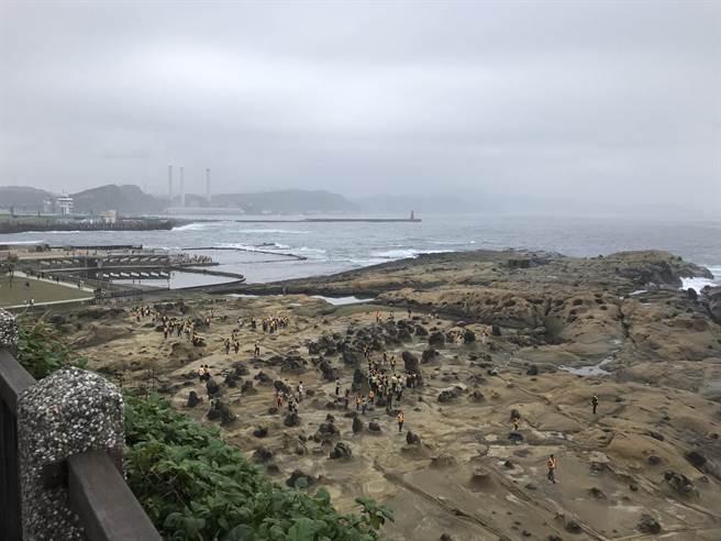 基隆和平島富有海蝕地形景觀,每年吸引數十萬遊客前來觀光。(陳彩玲攝)
