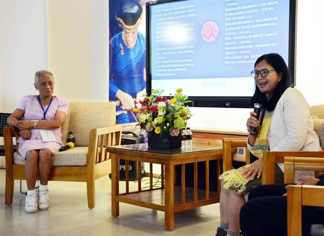 屏東大學邀請賽德克族何珍襄(右)與排灣族許春美舉辦座談,藉由不同族群與世代激盪,讓外界更瞭解原民編織文化。(林和生攝)