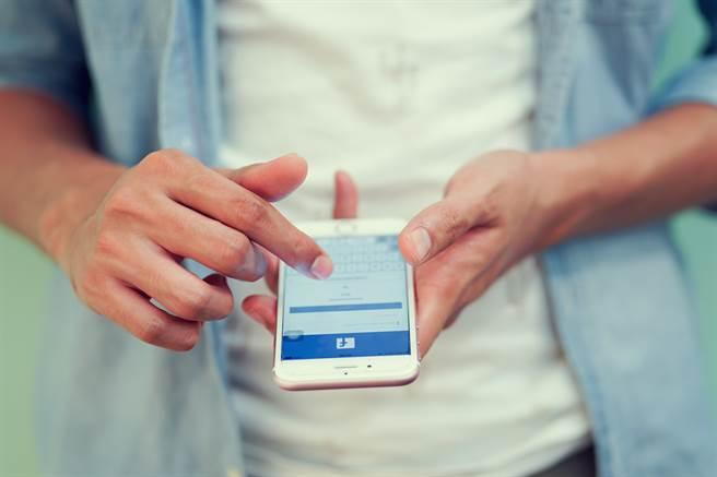 Facebook宣佈將納入更多意見回饋 拓展動態消息訊號範圍。(達志影像/Shutterstock提供)