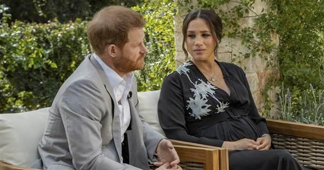 薩塞克斯公爵夫人梅根和夫婿哈利接受美國脫口秀女王歐普拉專訪的神情。(美聯社)