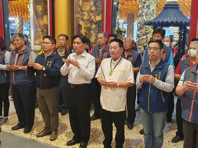 民政局長柯慶忠前往石碇五路財神廟參拜。(葉書宏攝)