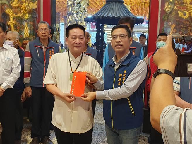 民政局長柯慶忠代表市長致贈香油錢。(葉書宏攝)