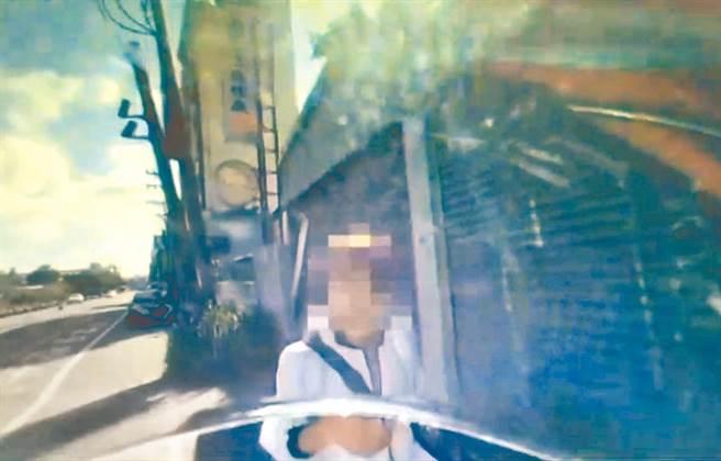 詹姓女子指控遭到警方無故盤查,但警方回應稱是該名女子辱警才將她上銬送辦。(中壢分局提供/邱立雅桃園傳真)