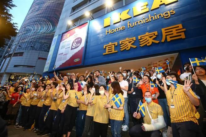 營業已23年的IKEA敦北店26日正式熄燈,粉絲、員工互道珍重內湖見。(鄧博仁攝)