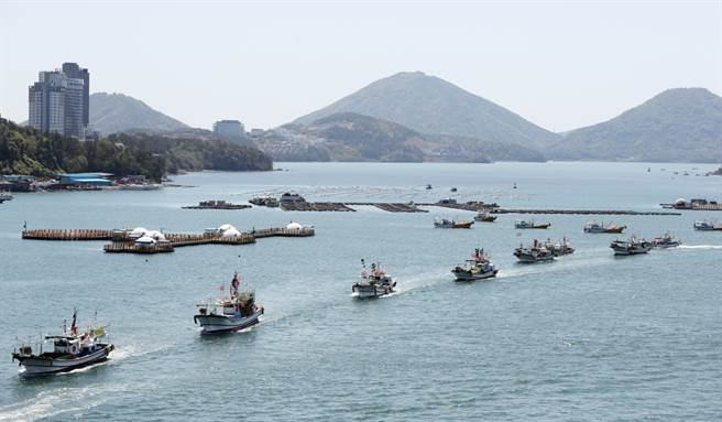 韩国渔船前往西南部丽水市附近海域进行海上示威。(图/yonhap)