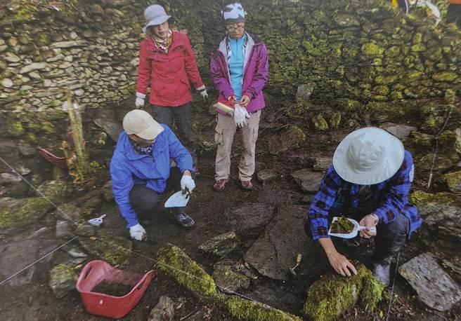 調查隊清除佳心舊社Istasipal家族老家地表腐植土。(花蓮縣文化局提供)