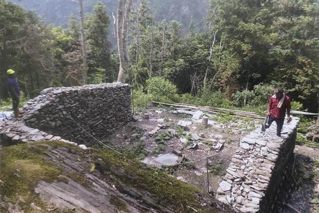完成重建的佳心舊社Istasipal家族老家三面疊石牆。(花蓮縣文化局提供)