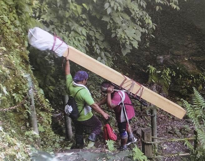 部分石板屋木構件重達80公斤,都由布農族協作揹上山。(花蓮縣文化局提供)