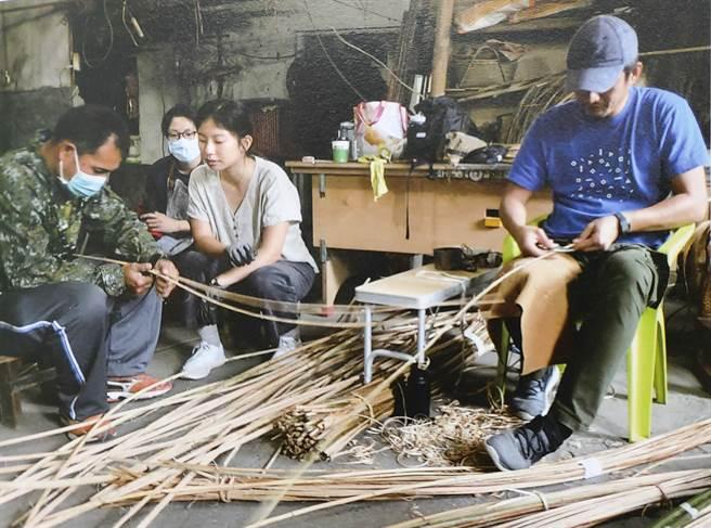 參與藤編研習的布農族學員向老師學習藤編傳統技藝。(花蓮縣文化局提供)