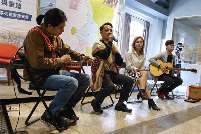 卓溪鄉出身的青年歌手現場演唱族語歌謠。(黃子明攝)