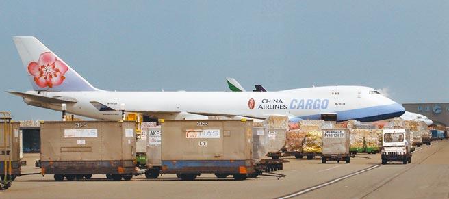 为配合採检及施打疫苗,华航宣布须适度调整航班因应,揽货业者估这次机师染疫事件会让舱位供给减少,运价再往上拉。图/本报资料照片