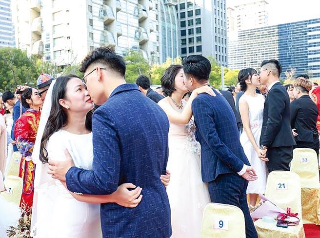 根據內政部統計,今年第1季累計結婚數僅2.8萬對,比去年疫情爆發時、第1季結婚對數的3.3萬對還低。圖為2020年台中市聯合婚禮。(本報資料照片)