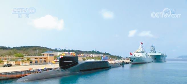 大陸長征18號艇、大連艦、海南艦23日在海南三亞軍港集中交接入列。中共中央總書記、國家主席、中央軍委主席習近平出席交接入列活動。(摘自央視)